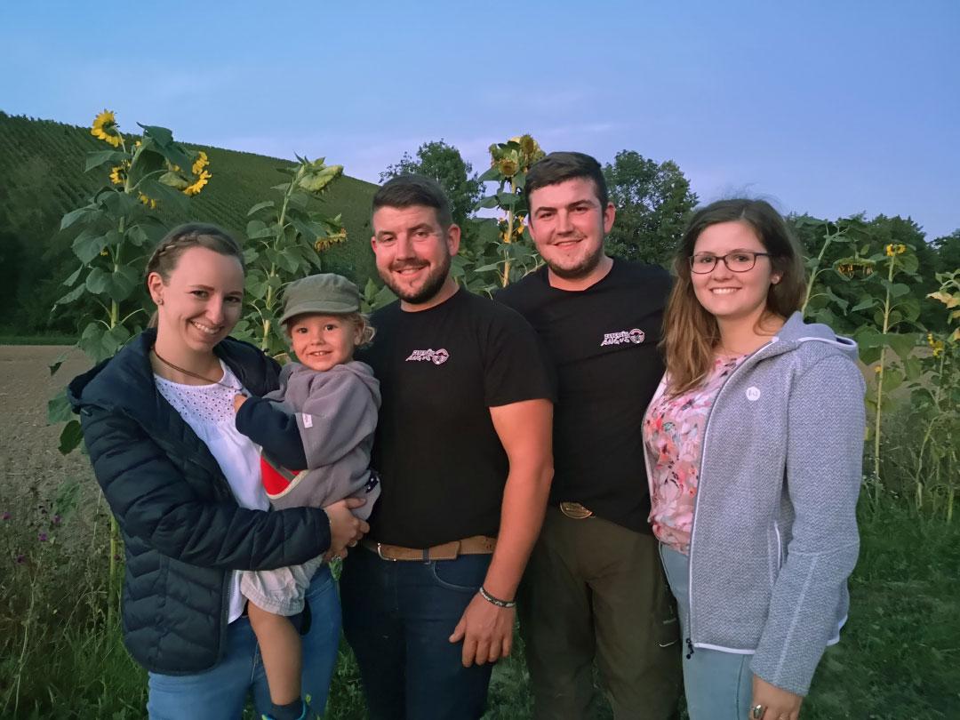 Carolin und Thomas mit Ludwig, Clara und Jonathan, die zwei Brüder bewirtschaften gemeinsam die Landwirtschaft und haben die Zabergäu-Angus GbR mit der Direktvermarktung gegründet